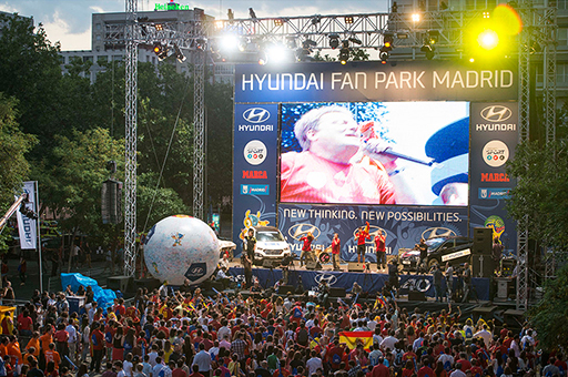 A crowd of people are standing in front of Hyundai Fan Park Madrid stage